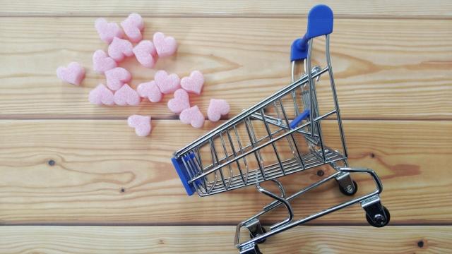 買い物かごで買い物をイメージ